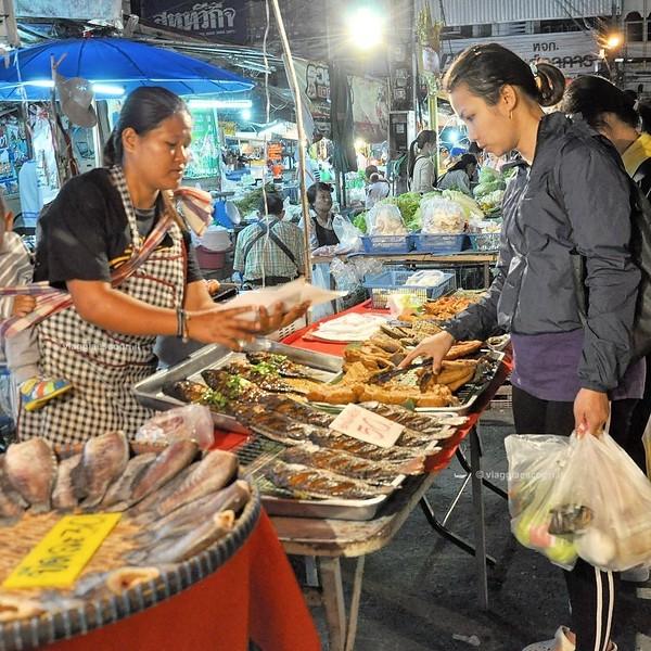 Serata trascorsa tra i mille colori del Night Bazar a #ChiangRai, #raimbowRTW tra streetfood e prodotti tipici locali. Ovviamente non potevo non assaggiare nulla! #amazingthailand