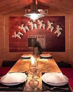 Atmosfera natalizia e ambientazione molto caratteristica, la cena in centro #Monza sa tutta di #Natale alla Pizzeria del Centro. Non puoi sbagliare, ci sono delle bellissime casette di legno in cui trascorrere bei momenti con gli amici. . . . #MonzaEmozio