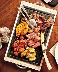 Ora di cena e penso ai sapori del #Bottegon di #SanVitoalTagliamento, questo è il #Tomahawk, un taglio di costata servito con l'intero osso, cottura al sangue e un sapore squisito. Ottime anche le patate e i pomodorini confit, un piatto consigliato da con