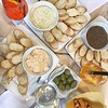 Spritz, Prosecco, un Martini? L'importante è una tavola imbandita e alla Pasticceria Tacconi di #Sansepolcro non possiamo certo dire di essere rimasti delusi. Ottimi crostini con salse miste, mi torna l'acquolina. Alla salute! 😉 #ad #visitsansepolcro