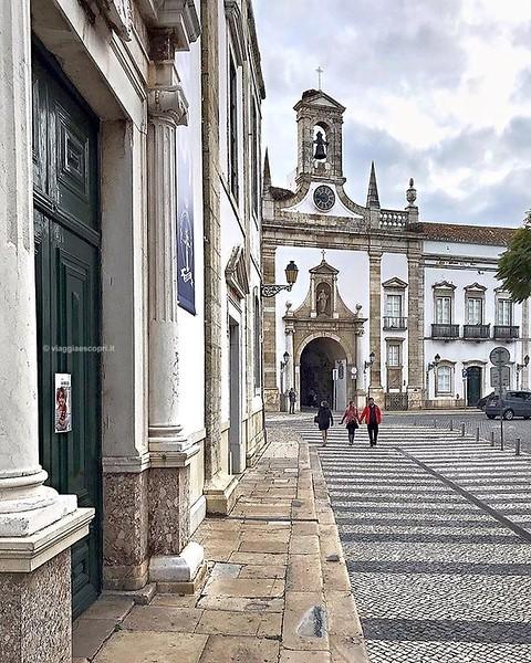 Faro, Portogallo  L'Arco da Vila è la Porta d'accesso alla Cidade Velha, il centro storico di #Faro. Un groviglio di vicoli candidi, angoli colorati di azulejos e piazzette caratteristiche che facevano parte dell'antico nucleo del castello. Tu conosci il