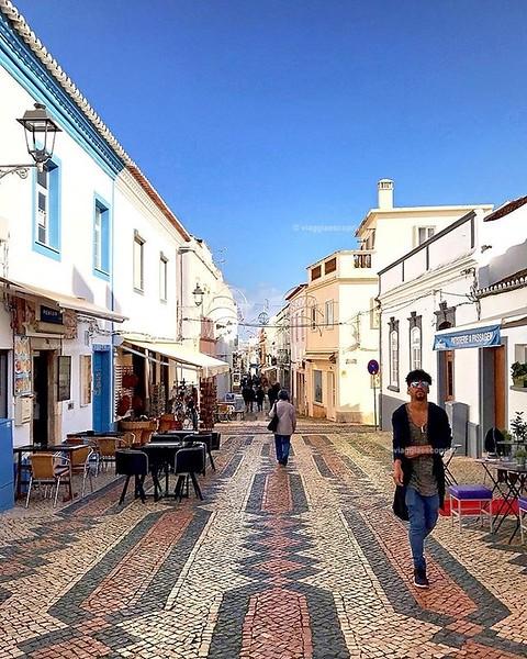 Lagos, Portogallo  Guardo l'inverno fuori dalla finestra e ripenso ai pomeriggi trascorsi a passeggiare per il centro di #Lagos, città costiera dell'#Algarve dove l'inverno sa di primavera. Temperature miti e un centro vivace e animato mi hanno fatto sen