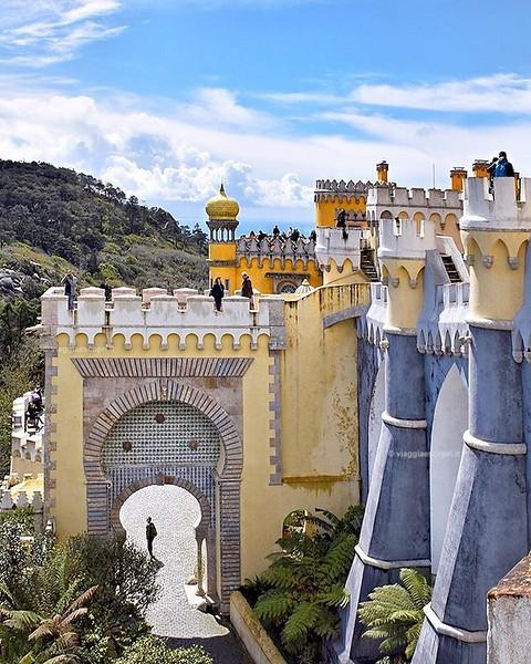 Una destinazione che mi manca tantissimo è il #Portogallo, i giorni trascorsi tra Lisbona, Sintra e Meco sono stati emozionanti e ricchi di scoperte, ma sopratutto di luoghi incredibili. Il Palacio da Pena di #Sintra è uno di essi, coloratissimo e meravig