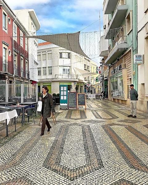 Faro, Portugal  Potrei dedicare decine di foto alle vie del centro storico di #Faro, sopratutto ai motivi disegnati dalle pietre che cubettano le strade della Baixa, vere opere d'arredo urbano capaci di rendere più belli e accoglienti gli scorci cittadin