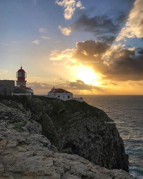 • Sagres, Portogallo • Anche oggi è stata una giornata piena, ma negli occhi ho ancora stampato il tramonto di ieri a Cabo de São Vicente. Senza dubbio #Sagres mi ha stregato, forse perché così remota e isolata, forse perché la, scrutando l'oceano, riesci