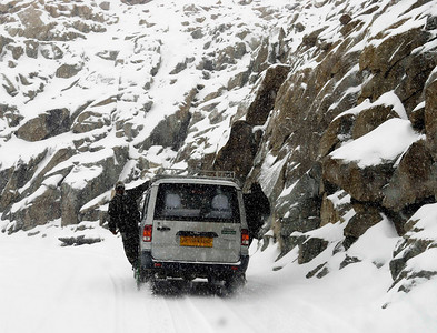 Snow storm below Khardung la - army takes a lift!