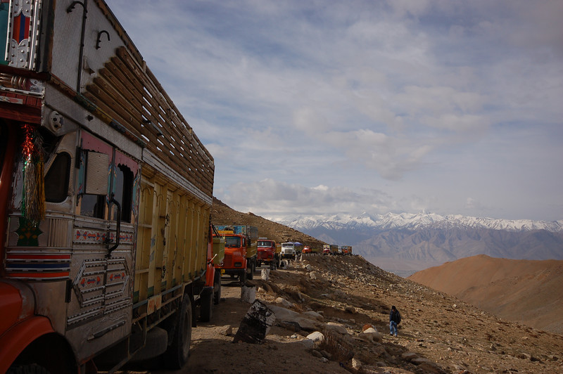 Khardong La: Long queue of vehicles waiting to cross the world's highest motorable pass