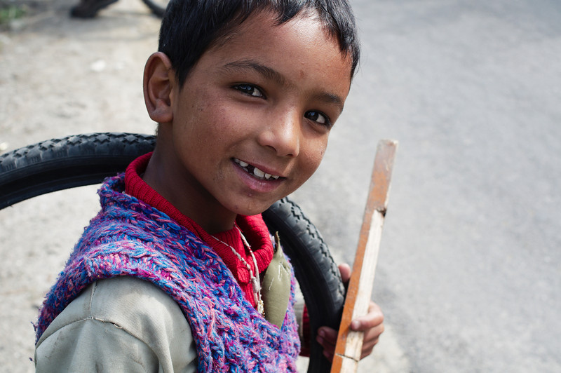 Child of migrant workers paving roads around Manali