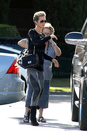 """Laeticia Hallyday with her family make grossery shopping at the Seafood Market in Santa Monica, she bought wild saumon and enough to make a giant """"Plateau de Fruits de Mer""""."""
