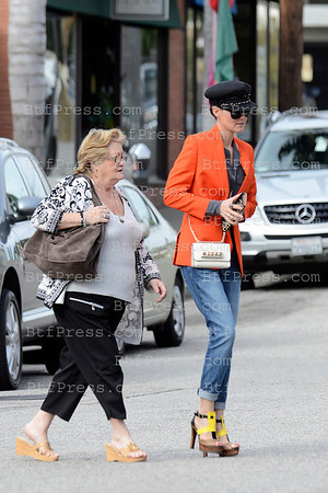 Laeticia Hallyday come back to Los Angeles, with her grandmother and family.