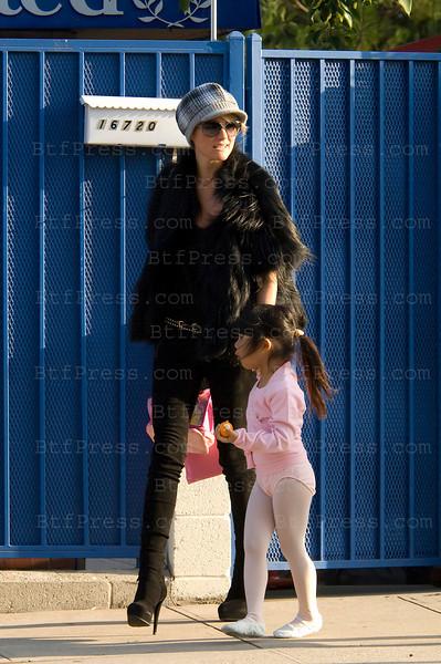 De retour a Los Angeles Laeticia reprend ses habitudes tandis que Johnny se repose dans sa maison sur les hauteurs de Los Angeles. Ce mercedi 2 Decembre 2009 vers 15H, Laticia est partie chercher sa fille Jade a l'ecole en compagnie de la nounou et de son autre fille Joy,elle a enmene Jade a son cours de danse, et en a profiter pour utiliser les services d'une manucure dans un centre specialise de Pacific Palissades (Los Angeles Ouest), aussitot la danse et les soins finis un bagel pour restaurer les enfants et un retour dans leur maison vers 16h30.