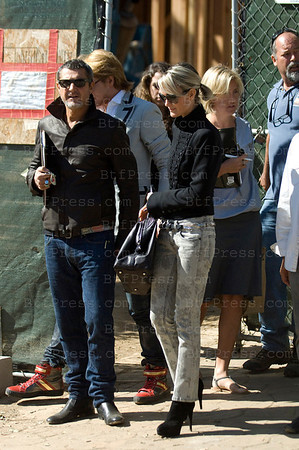 Laeticia Hallyday visit the construction of their 10 Million dollars house in Los Angeles, Arthur's brother (brown Jacket) make the deal for the Hallyday's couple.