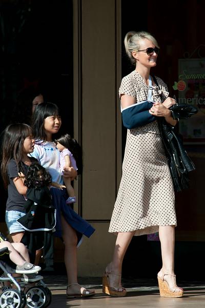 Laeticia Hallyday shops with a broken arm