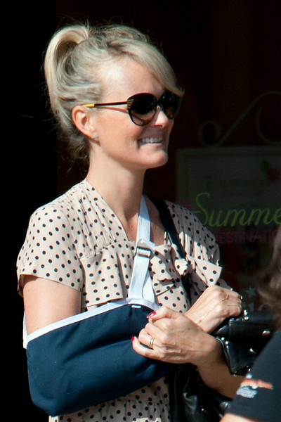 Laeticia Hallyday shops with a broken arm