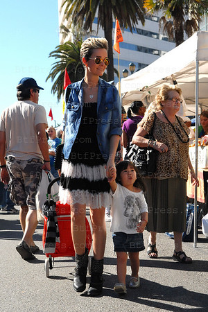 Laeticia Hallyday at the Santa Monica Farmers Market with family.