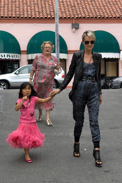 Laeticia et jade sous l'oeil attentif de sa grand mere, se rendent dans un restaurant pour y rejoindre Johnny et Jade.