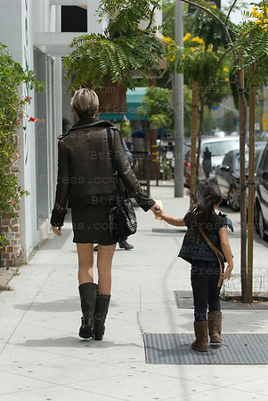 Laeticie et Jade se proment a West Hollywood avant d'aller dejeuner.