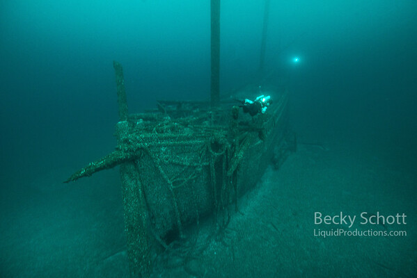 Windiate bow wide shot : see divers light on stern