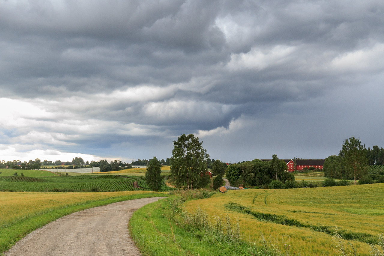 Stormskyer over Østby gård