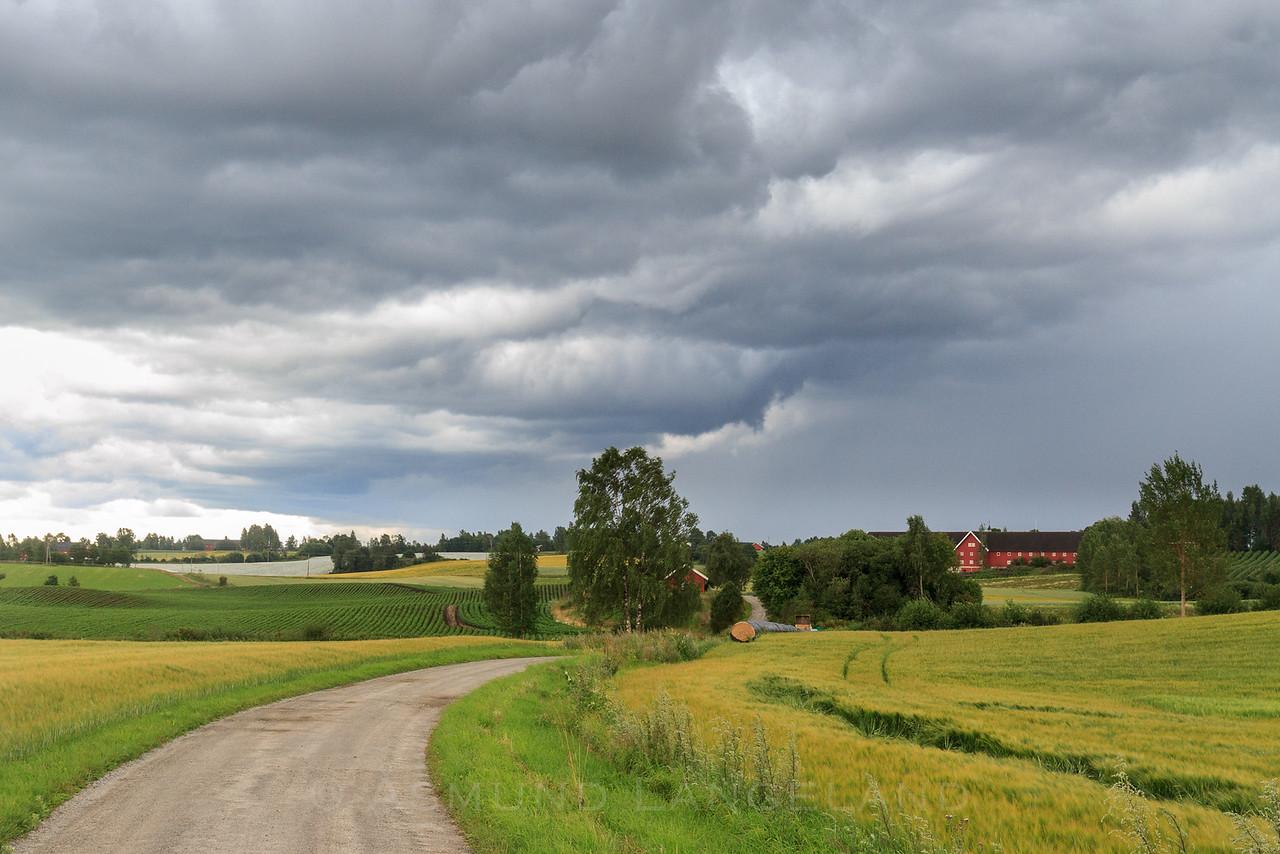 Stormskyer over Østby gård