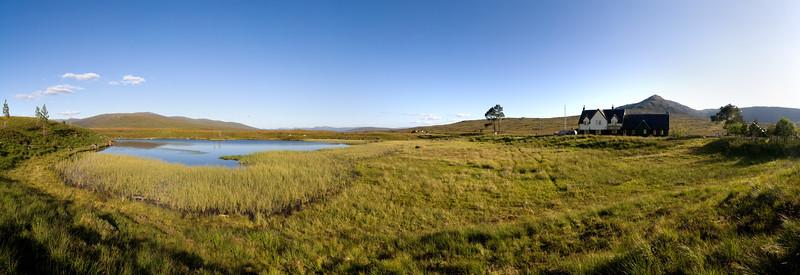 26.07.2011, Schottland, Landschaft mit See an der Bahnstation Corrour Station in den Highlands.