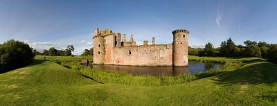 09.08.2011, Caerlaverock Castle, Schottland, UK.  Panoramaaufnahme.  Caerlaverock Castle ist eine gut erhaltene Burgruine in der Region Dumfries and Galloway in Schottland. Sie liegt ungefaehr 13 Kilometer suedoestlich von Dumfries an der B725.  Der Grundstein für die Burg wurde um 1270 gelegt. Sie ist die einzige dreieckige Wasserburg in Schottland. An der noerdlichen Ecke befindet sich das Torhaus, das aus einem Doppelturm besteht. Die Burg ist komplett von einem wassergefuellten Graben umgeben und wurde nicht, wie viele andere Burgen, auf einem Felsen errichtet.