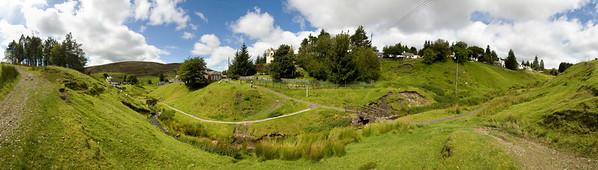 """09.08.2011, Wanlockhead, Schottland, UK.  Panoramaaufnahme.  Wanlockhead ist Schottlands am hoechsten gelegene Ortschaft. Sie gehoert zu Dumfries and Galloway und liegt auf 471 m ueber Normalnull. Ab dem 13. Jahrhundert wurde waehrend des Sommers Blei, sowie in geringerem Umfang auch Zink, Kupfer, Silber und Gold abgebaut. Im Ort gibt es das """"Lead-Mining Museum"""", in dem man sich über den harten Alltag eines """"Miners"""" über die Jahrhunderte erkundigen kann. Mit einem ortsansaessigen Minenführer lässt sich sogar die Lochnell Mine betreten, die 1710 bis 1860 in Betrieb war."""