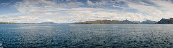03.08.2011, Schottland, UK., Armadale, Isle of Skye.  Panoramablick auf die Felsen der Isle of Skye, von der Faehre aus fotografiert.  Die Autofaehre pendelt zwischen den Orten Armadale im Sueden der Isle of Skye und Mallaig auf dem Festland.