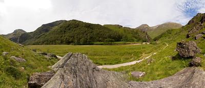 25.07.2011, Schottland, die Highlands suedwestlich von  Fort William. Eine Wanderung in der Ben Nevis- Gebirgsregion entlang des Flusses -Nevis- zu den Wasserfaellen -Steall Falls-. Panoraamaaufnahme.