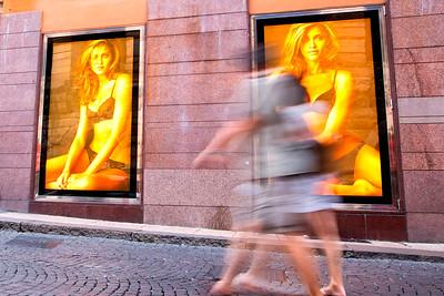 Donne che acquistano viaggio a Verona