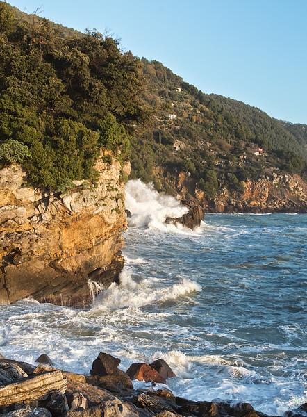 Scogliera con mare mosso, Liguria.