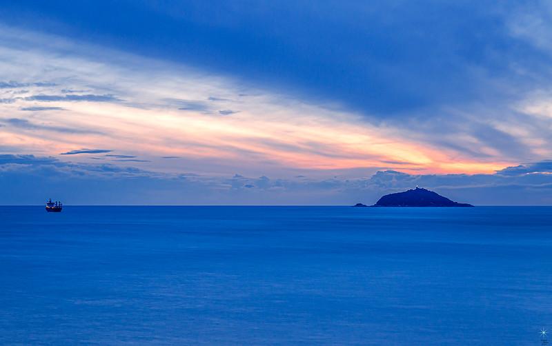 Tellaro con vista isola Palmaria e nave