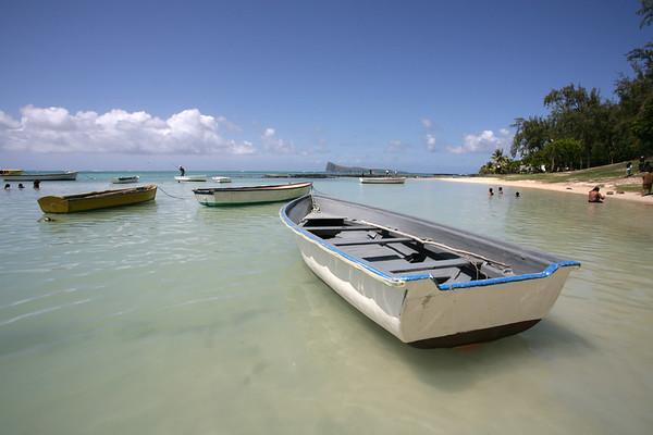 13.01.2008 Mauritius / Fischerboote an einem Strand zwischen Pereybere und Cap Malheureux