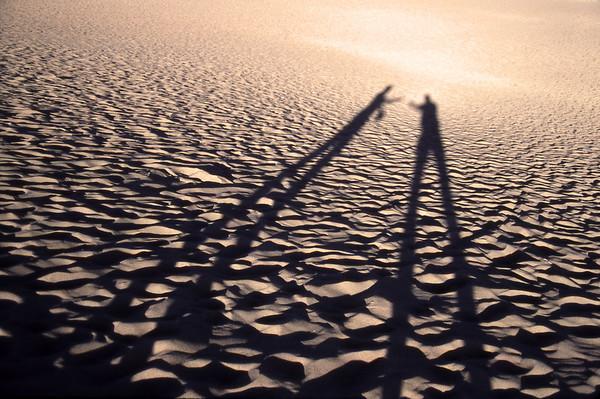 Zwei Menschen in der Wüste und ihre Schatten (Arizona)