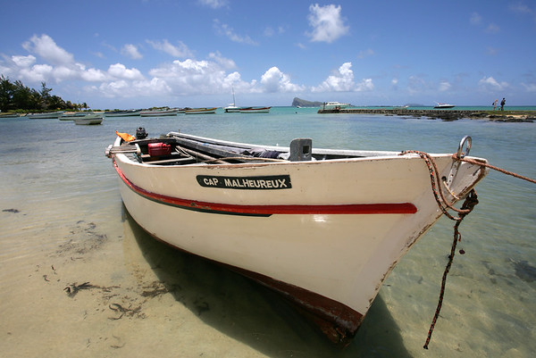 13.01.2008 Mauritius / Fischerboot am Strand von Cap Malheureux