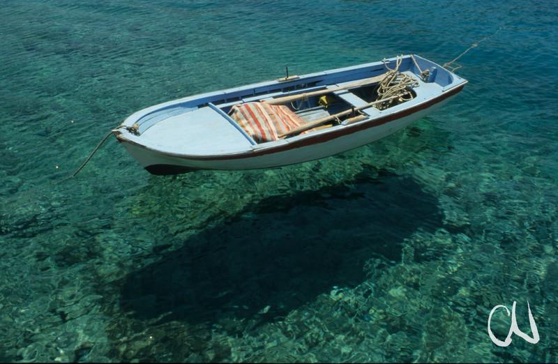 Boot treibt auf dem Wasser, türkische Ägäis, Türkei