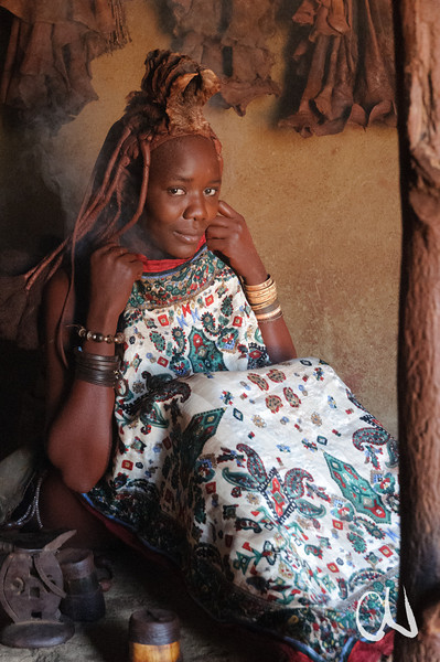 Himba-Wäsche mit Rauch, Himba-Dorf, bei Kamanjab, Namibia