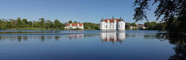 23.05.2009 Das Schloss Gluecksburg, Schleswig-Holstein. Das Schloss Gluecksburg (daenisch: Lyksborg Slot) zaehlt zu den bedeutendsten Renaissanceschloessern Nordeuropas. Es diente den herzoglichen Linien des Hauses Gluecksburg als Stammsitz und war zeitweilige Residenz des daenischen Koenigshauses.Das Schloss ist eine der bekanntesten Sehenswuerdigkeiten Schleswig-Holsteins. Es beherbergt heute ein Museum und ist für Besucher zugaenglich.