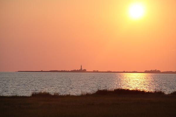 11.06.2011, Insel Fehmarn, Blick von Strukkamphuk ueber die Ostsee zum Leuchtturm Fluegge bei untergehender Sonne.