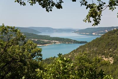 10.07.2013, Frankreich, Departement Alpes-de-Haute-Provence, in der Naehe des Ortes  Sainte Croix du Verdon. Der See - Lac de Sainte-Croix-  im -Parc naturel regional du Verdon-.