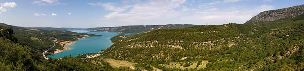 10.07.2013, Frankreich, Departement Alpes-de-Haute-Provence, in der Naehe des Ortes  Sainte Croix du Verdon. Hier der See -Lac St. Croix- am Eingang der Schlucht des Verdon im -Parc naturel regional du Verdon-. Panoramaaufnahme.