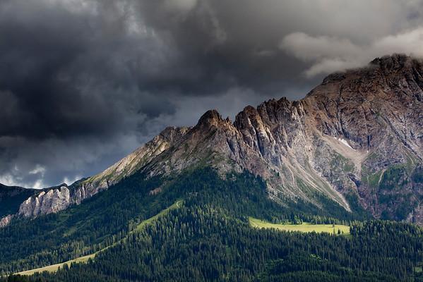 Bergwiese mit Latemar und Gewitterstimmung