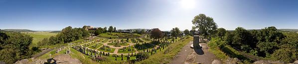 24.07.2011, Schottland, die Stadt Stirling. Hier der mittelalterliche Friedhof vor dem -Stirling Castle-, fotografiert vom -Ladies Rock-. 350-Grad-Panorama.