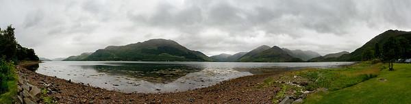 31.07.2011, Ratagan, Schottland, UK., westliche Highlands.   Am suedlichen Ufer des Loch Duich befindet sich der Ort Ratagan. Blick auf das Loch Duich und die umgebende Berglandschaft bei truebem Wetter. Panoramaaufnahme.