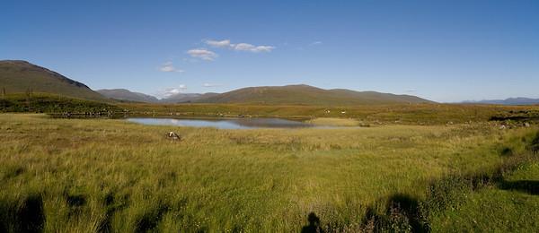 26.07.2011, Schottland,  in den West Highlands.   Ein See beim Eisenbahnhaltepunkt Corrour Station. Panoramaaufnahme.