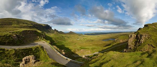 02.08.2011, Quiraing, Schottland, UK., Isle of Skye. Der Gebirgszug -Quiraing- liegt auf der Ostseite des noerdlichsten Gipfels der Halbinsel Trotternish. Hier ein Blick ueber die Staffin Bay. 180-Grad-Panoramaaufnahme.
