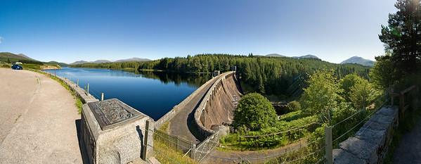 26.07.2011, Laggan, Schottland,  in den Highlands, liegt zwischen Fort William und Aviemore.  Das Loch Laggan und der Der 1934 fertiggestellte -Laggan Dam- . Panoramaaufnahme.