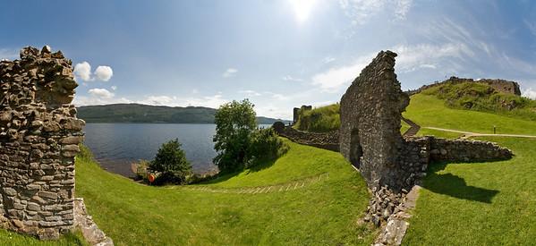 30.07.2011, Schottland, UK,  am oestlichen Ufer des Loch Ness in der Naehe des Ortes Drumnadrochit befindet sich das Urqhart Castle. Panoramaaufnahme.
