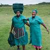 Xhosa-Frauen, Frau trägt Handtücher auf dem Kopf, Angestellte im Mkambati Nature Reserve, Eastern Cape, Ostkap, Südafrika, South Africa