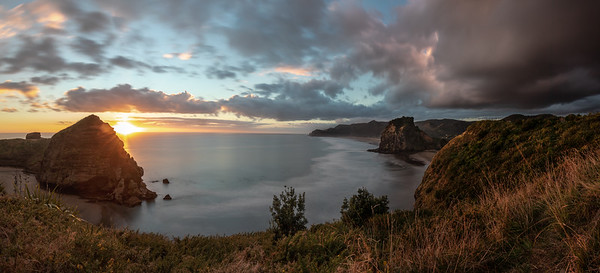 Awesome photowalk with Ethan today at #Piha. Pretty moody skies with this dark cloud rolling in from the East.